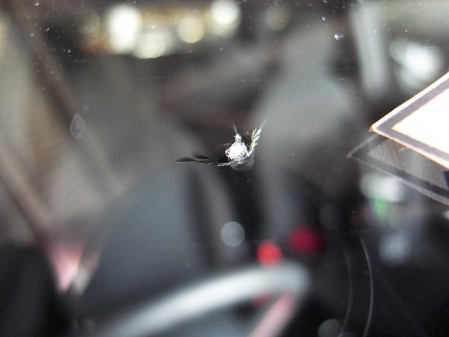 車 フロントガラス飛び石
